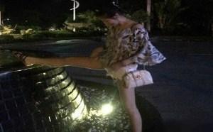 邪恶美女图片:菇娘叉腿撒尿下面还以为是在下雨
