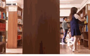 图书馆美女騒图片高潮帮男朋友口交被管理发现