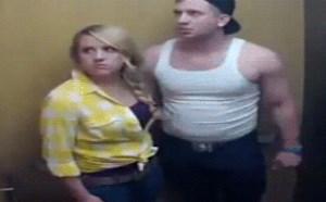 电梯内欺负美女搞笑gif动图:后果很严重