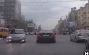 冲动的男子过马路闯红灯被撞gif图片违规过马路动图