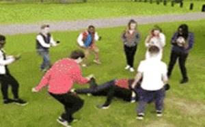 搞笑动态图片笑死人:两人打架聚众围拍