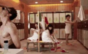 搞笑动态图片笑死人:男子跑到女澡堂装人妖