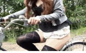 邪恶亮点图光屁股骑单车的妹子