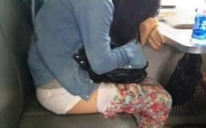 邪恶亮点图:透透气 妹子嫌火车上太闷热