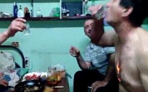 搞笑动态图片笑死人:酒是这样喝的