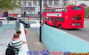 我的个去公交车等到我来了?搞笑动态图片笑死人