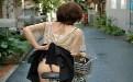 内涵女人男女动态图:丁字裤女孩骑自行车这样