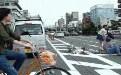 穿裙子美女骑自行车横穿马路