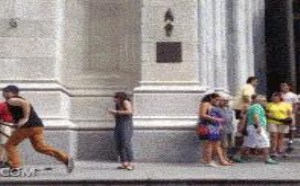 恶意恶搞夹别人的自拍杆搞笑gif图片