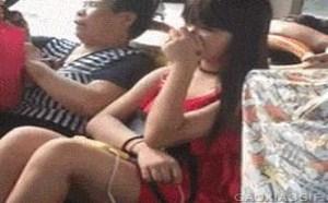 邪恶动态gif图片:公交车上看见靓女把持不住了吧