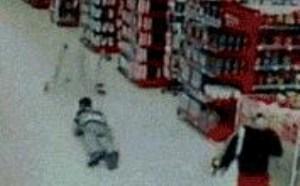 国外搞笑gif动态图片:超市玩推车摔倒