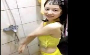美女Mini洗澡微拍福利视频全身湿透了