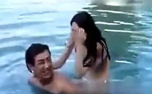 宅男福利洗澡蓝燕泳池中胸罩脱落