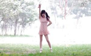 妹子跳小小苹果粉色裙子版激情热舞版