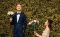 包文婧单膝跪地身包贝尔携手妻子拍浪漫婚纱照